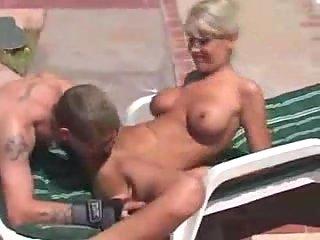 Stud drills busty mom near swimming pool