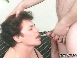 Mature slut sucks cock and get pissed in the living room
