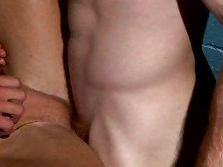 Pornstar spills cum in muscle threeway with high def hunks