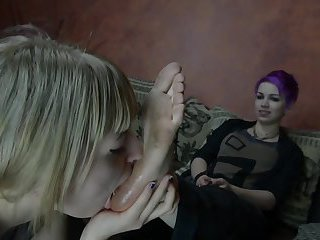 2 Goth girls lick each others dirty feet