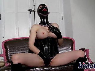 Latex-clad bombshell loves pleasuring her juicy muff
