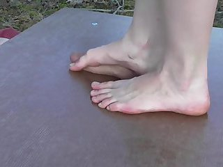 Girl uses dirty feet trampling with cumshot