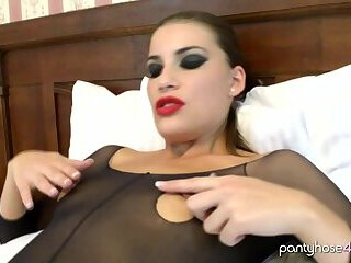 Babe Loves to Masturbate
