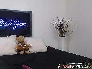 Webcam slag covers herself in lube