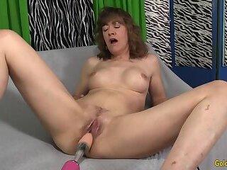 Fucking Machine Rails Mature Brunette Babe Morgan till Orgasm