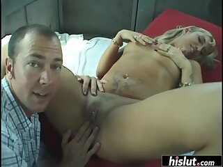 Bubbly assed chick gets drilled in the backseat