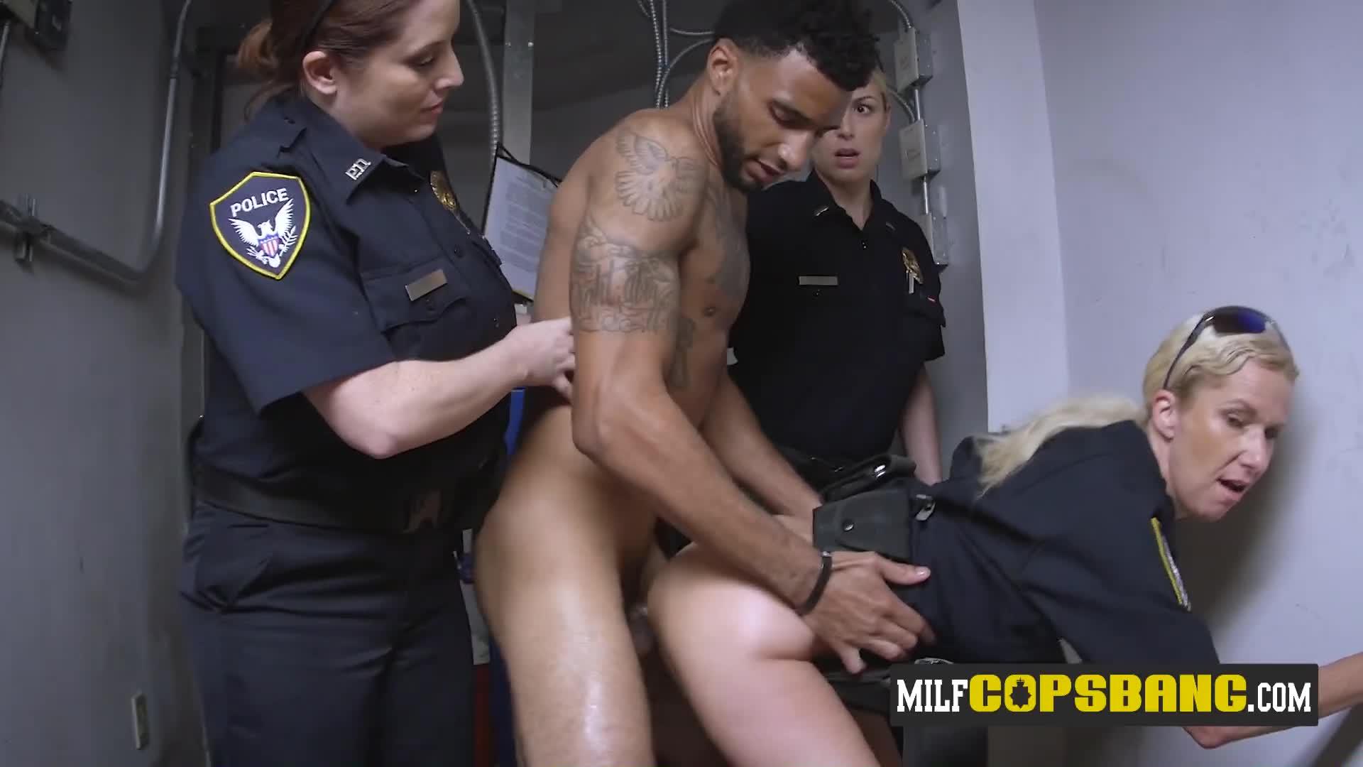 Cops have sex on photo, ignoring robbery alert on radio